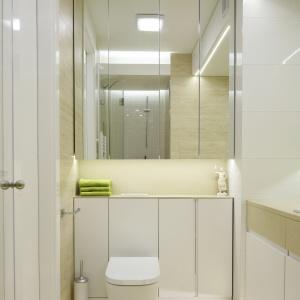 Wąska łazienka w bieli i z dużymi lustrami – powierzchnia około 5 m kw. Projekt: Agnieszka Zaremba, Magdalena Kostrzewa-Świątek. Fot. Bartosz Jarosz.