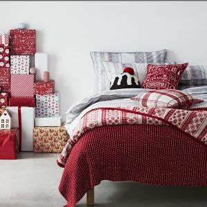 Świąteczny klimat w sypialni można podkręcić pościelą w świąteczne wzorki. W tym sezonie sprawdzą się czerwienie połączone z beżem lub szarością. Mile widziane są również motywy reniferów czy śnieżynek. Fot. Sainsbury's Home.