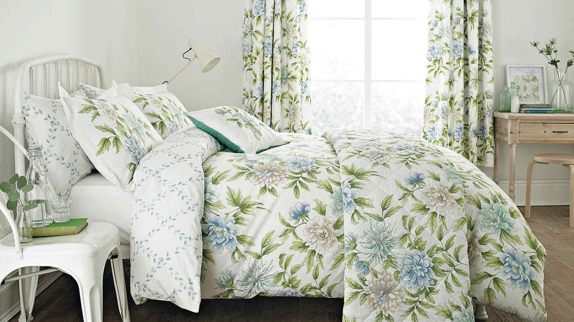 Ciekawie zaścielone łóżko to nie tylko różnorodne poduszki i kontrastujące tkaniny. Komplet pościeli w jednym stylu również stworzy w sypialni ciekawą aranżację. Fot. House of Bath.