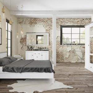 Sypialnia Lima zainspirowana wzornictwem skandynawskim. Delikatne rzeźbienia na frontach mebli oraz wezgłowiu łóżka dodadzą aranżacji stylu. Ciekawym elementem kolekcji jest także szafa z lustrem z dekoracyjnymi ramiakami. Fot. Fm Brawo.