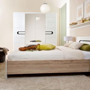 Modernistyczna kolekcja Byron firmy Black Red White przeznaczona jest do aranżacji nowoczesnej sypialni. Dzięki elementom z dekorem drewna doda każdej aranżacji przytulności. Cena łóżka 899 zł. Fot. Black Red White.