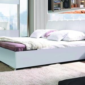 Łóżko tapicerowane Verona w kolorze białym. Dostępne jest w różnych tkaninach. Cena łóżka około 650 zł. Fot. Meblosiek.
