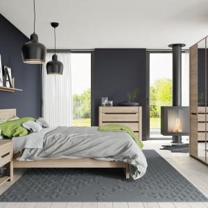 Meble z kolekcji Desjo to uniwersalne, proste kształty i przytulny odcień dekoru drewna. Nadadzą sypialni ciepła i stylu. Cena łóżka 549 zł. Fot. Szynaka Meble.