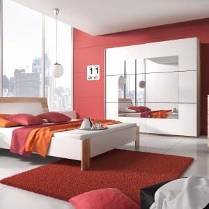 Kolekcja Beta w kolorach San Remo i biały doskonale odnajdzie się w nowoczesnej sypialni. Będzie także dobrym odniesieniem do aranżacji w stylu skandynawskim. Cena łóżka ok. 789 zł. Fot. Helvetia Wieruszów.