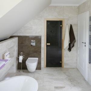 Łazienka pod skosami to wnętrze komfortowe i przestronne. Fot. Bartosz Jarosz.