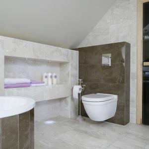 Wnęka w ścianie to wygodna półka na drobne kosmetyki oraz ręczniki. Fot. Bartosz Jarosz.