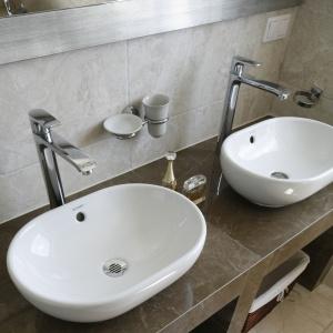 Łazienkę stworzono z myślą o wygodzie dwóch osób, dlatego zamontowano tu dwie umywalki. Fot. Bartosz Jarosz.