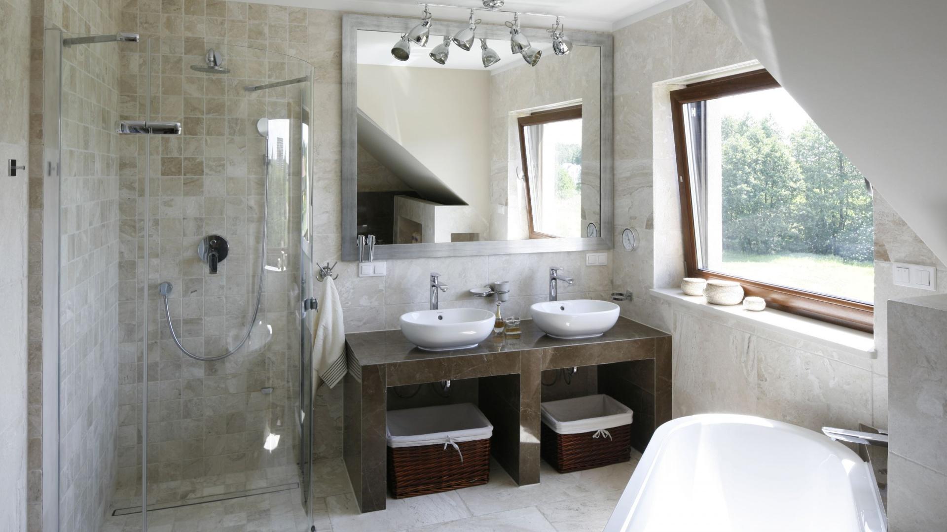 Elegancka łazienka w beżach to wnętrze stworzone z myślą o wygodzie dwóch osób. Fot. Bartosz Jarosz.