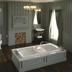 W klasycznym stylu – łazienka z kominkiem i wyposażeniem Archer firmy Kohler. Fot. Kohler.