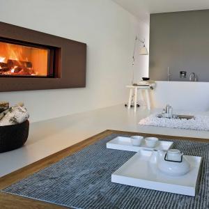 Łazienka z kominkiem na drewno - Chirico firmy MCZ ma obudowę ze stali z efektem rdzy. Fot. MCZ.