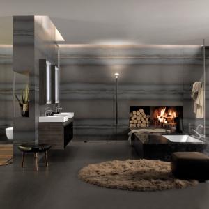 Nowoczesna przestrzeń staje się przytulna w blasku ognia na kominku - łazienka z wyposażeniem z serii Citterio Keramag Design. Fot. Kermag Design.