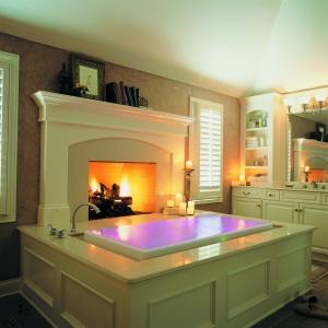 Obudowa wanny i kominka w tym samym tradycyjnym stylu – łazienka z w wanną Sok firmy Kohler. Fot. Kohler.