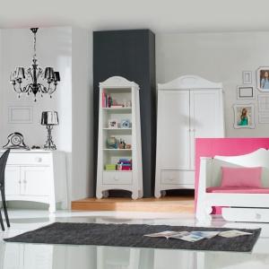 Kolekcja mebli Parole jest elegancka, a jej obłe kształty nawiązują do stylu francuskiego. Kolekcja jest dedykowana pokojom dziewczęcym. Fot. Pinio.