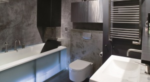 Trend industrialny cieszy się rosnącą popularnością. Chętnie wykorzystywany jest nie tylko w loftach i wnętrzach typu studio, ale też na mniejszym metrażu. Jak efektownie urządzić łazienkę w fabrycznym stylu?
