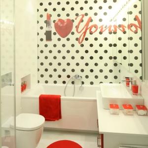 Na małym metrażu łazienki zmieściły się i wanna, i kabina prysznicowa. Projekt: Katarzyna Mikulska-Sękalska. Fot. Bartosz Jarosz.