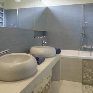 Lustra powiększają małą łazienkę i sprawiają, że jest jaśniejsza. Projekt: Katarzyna Mikulska-Sękalska. Fot. Bartosz Jarosz.