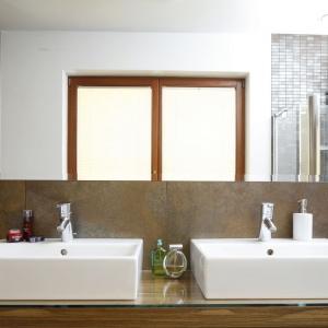 Małżeński charakter łazienki podkreślają dwie umywalki. Projekt: Agnieszka Ludwinowska. Fot. Bartosz Jarosz.