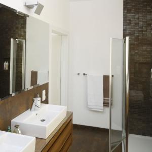 W łazience całkowicie zrezygnowano z wanny na rzecz przestronnej kabiny prysznicowej. Projekt: Agnieszka Ludwinowska. Fot. Bartosz Jarosz.