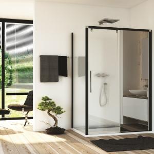 Z lustrem i czarnymi profilami – drzwi prysznicowe PUR LIGHT S - PLS2 + PLST firmy SanSwiss. Fot. SanSwiss.