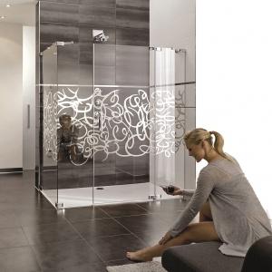 Z chromowanym wzorem na szkle, który daje efekt szkła - kabina prysznicowa Studio Paris Elegance firmy Hüppe. Fot. Hüppe.