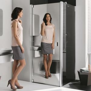 W jej lustrze można się wygodne przejrzeć - kabina prysznicowa Raya firmy Kermi. Fot. Kermi.