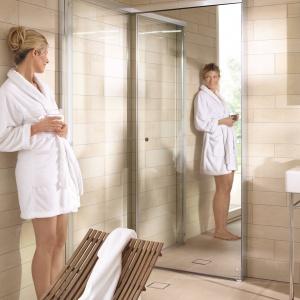 Lustrzane drzwi można złożyć przy ścianie - kabina prysznicowa OpenSpace firmy Duravit Fot. Duravit.
