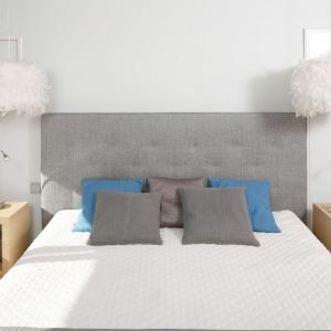 Tekstylny, pikowany zagłówek podkreśla przytulny charakter sypialni. Projekt: Marta Kruk. Fot. Bartosz Jarosz.