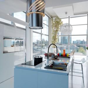 Okap Up&Down zmienia swoją wysokość w zależności od tego, czy pracuje czy pozostaje nieużywany. Jego cylindryczny kształt jest ozdobą kuchni niezależnie od tego, czy dolna część sprzętu jest wysunięta czy schowana. Ażurowy panel górny i schowane pod nim oświetlenie tworzą niesamowity efekt dekoracyjny. Fot. Franke.