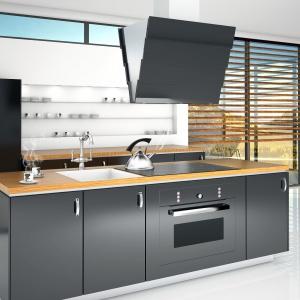 Citro X Black to nowoczesny okap wyspowy o intrygującym wzornictwie. Nachodzące na siebie panele z czarnego szkła są jego cechą charakterystyczną. Fot. Ciarko Design.