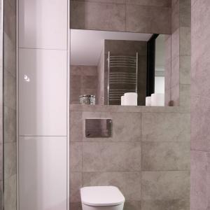 Wysoki słupek w tej łazience nie zajmuje wiele miejsca, a jest bardzo pojemny. Projekt: Karolina Łuczyńska. Fot. Bartosz Jarosz.