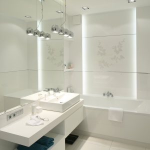 W tej łazience liczne półki są ukryte w szafce lustrzanej aż do sufitu. Projekt: Anna Maria Sokołowska. Fot. Bartosz Jarosz.