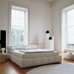 Łóżka z niskim zagłówkiem prezentują się minimalistycznie i w takich też wnętrzach wyglądają najciekawiej. Warto łóżko odpowiednio wyeksponować, ustawiając je pod oknem lub bliżej środka sypialni. Fot. B&B Italia.