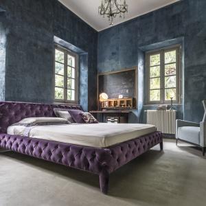 Soczysty fiolet, pikowana tapicerka i pluszowy materiał to doskonały punkt wyjścia do łóżka, które będzie nie tylko piękne i dekoracyjne, ale również komfortowe. Fot. Arektipo.