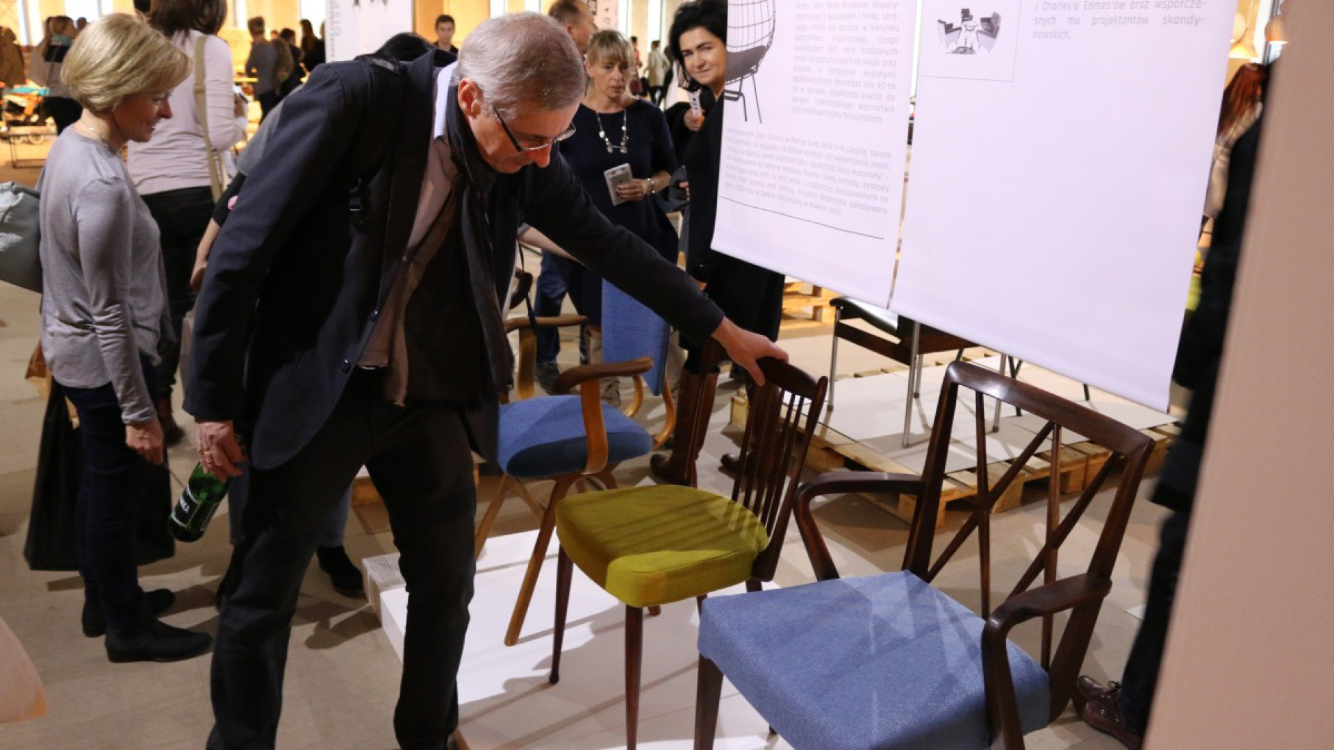 """""""Krzesło to oparcie, podparcie i siedzisko"""" - tak pół wieku temu Gerrit Thomas Rietveld określił czym jest mebel-siedzenie w otaczającej nas przestrzeni. Fot. Piotr Sawczuk"""
