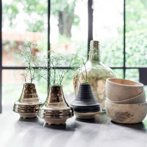Wykonane z drewna ozdobne miseczki w pełni ukazują jego naturalne walory. Fot. HK Living.