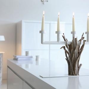 Oryginalny świecznik wykonany z gałęzi to niesamowita dekoracja dla domu. Fot. Bleu Nature.