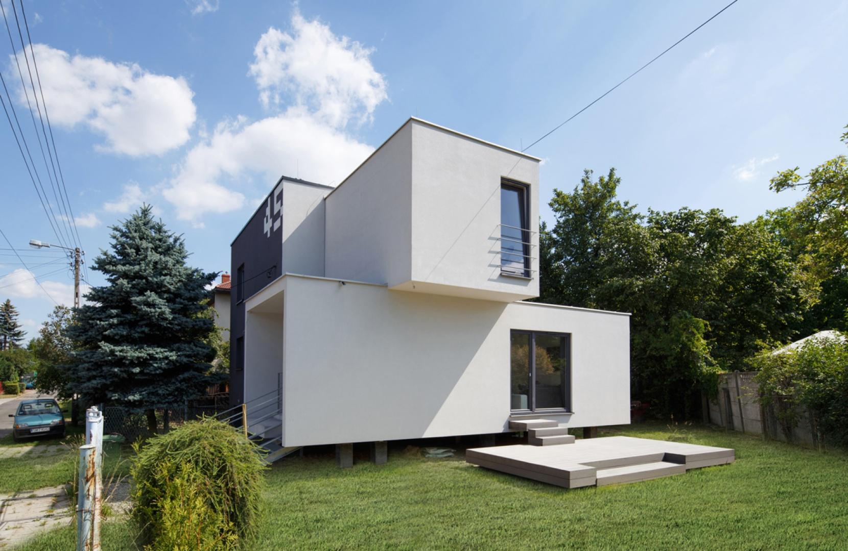 Jednym z podstawowych założeń projektu była reorganizacja układu funkcjonalnego domu, zarówno w warstwie wnętrz jak i przestrzeni otaczającej. Fot. Materiały prasowe