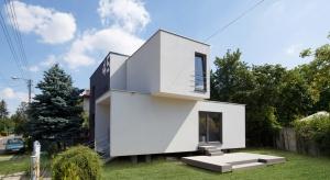Przebudowa domu jednorodzinnego z lat 70-tych, tzw. kostki polskiej, zlokalizowanego w Mysłowicach. Celem inwestycji było podniesienie standardu obiektu oraz zwiększenie powierzchni użytkowej budynku, przy jednocześnie umiarkowanym budżecie Inwestor