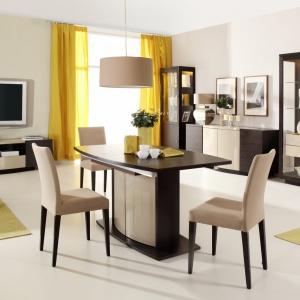 Stół, komoda i regały są dwukolorowe - w jasnym i ciemnym wybarwieniu drewna. Towarzyszą im tapicerowane krzesła z beżowym obiciem na ciemnobrązowych nóżkach. Fot. Agata Meble, kolekcja mebli Elisse.