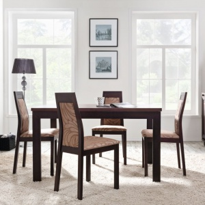 Ciemne, czekoladowe, egzotyczne wybarwienie drewna połączono z tapicerką krzeseł w kolorze beżowozłotym. Całość prezentuje się elegancko i przytulnie. Fot. Black Red White, kolekcja Marocco.