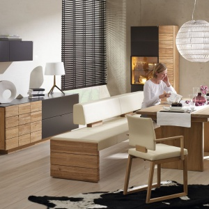 Beże i jasne brązy pięknie wyglądają w towarzystwie szarości, tak jak w tej propozycji firmy Voglauer. Jasnobeżowa, niemal kremowa tapicerka krzeseł i ławy harmonizuje z jasnym, ciepłym kolorem drewna i wstawkami w ciemnoszarym macie. Fot. Voglauer, kolekcja mebli V-Montana.
