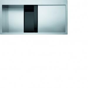 Surową stal szlachetną w zlewozmywaku Crystal przełamano obecnością czarnego (bądź białego - w zależności od wersji) szkła. Fot. Franke.