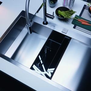 Niecodzienne połączenie dwóch materiałów - stali szlachetnej i czarnego szkła zastosowane w zlewozmywaku Crystal doskonale podkreśla unikalny charakter każdego z nich. Fot. Franke.