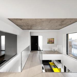 Mieszkanie jest dwupoziomowe - z drugą kondygnacją otwartą w niektórych miejscach na dolny poziom - co dodatkowo potęguje uczucie ogromnej przestrzeni. Projekt: Marie-Pierre Auger Bellavance, Studio Practice. Fot. Adrien Williams & Gorgin S. Fazli.