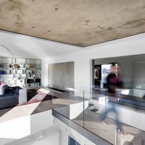 Na drugiej kondygnacji urządzono komfortowy salon z bardzo pojemną biblioteczką, zajmującą całą ścianę. Projekt: Marie-Pierre Auger Bellavance, Studio Practice. Fot. Adrien Williams & Gorgin S. Fazli.
