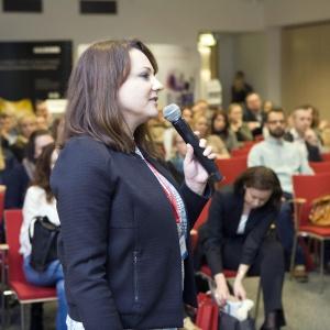 """O trendach w łazienkach mówi Anna Raducha-Romanowicz, redaktor prowadząca magazynu """"Łazienka""""."""