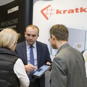 Na stoisku firmy Kratki.pl Marek Bal można było zobaczyć m.in. biokominki z płonącym ogniem. Łukasz Mika odpowiadał na pytania architektów i projektantów wnętrz.