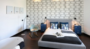 Odpowiednia dekoracja ścian jest bardzo istotna w aranżacji wnętrz. Zobacz, jak pięknie można wykończyć ścianę za łóżkiem w sypialni.