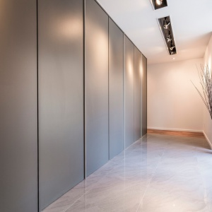 Zamknięta zabudowa tworzy jednorodną powierzchnię niczym ściana. Projekt: MU Architecture. Fot. Julien Perron-Gagné.
