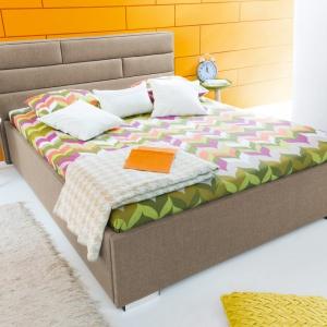 W małej sypialni polecamy łóżka, których szerokość nie przekracza 160 cm. Na zdjęciu: łóżko tapicerowane Kate. Fot. BRW.